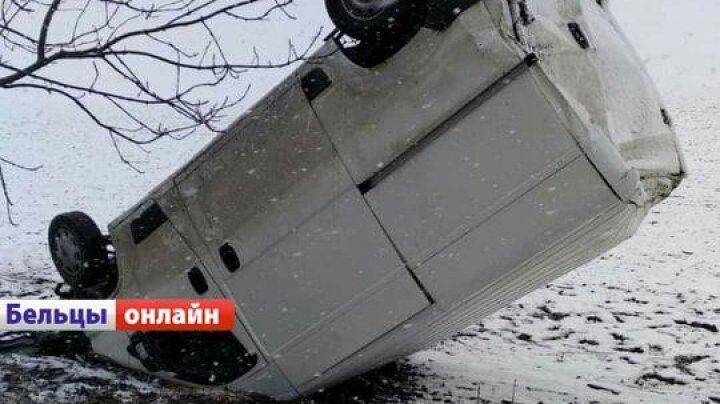 ACCIDENT GRAV pe şoseaua Bălţi-Drochia. O maşină a rămas ÎNFIPTĂ ÎN PĂMÂNT