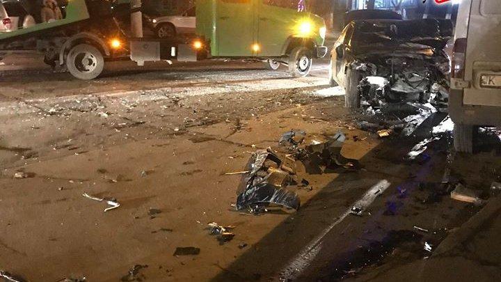 ACCIDENT DE GROAZĂ în Capitală, cu implicarea a trei maşini şi a unui microbuz (FOTO)