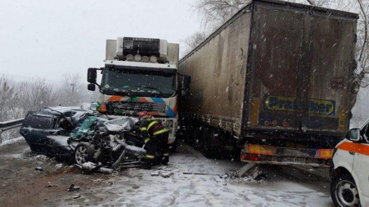 ACCIDENT de GROAZĂ. Şapte persoane, printre care doi copii, rănite în urma unui IMPACT VIOLENT între două autocamioane și o maşină