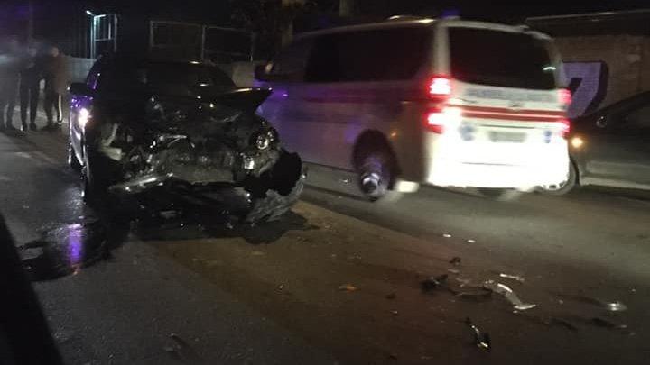 ACCIDENT pe strada Grenoble din Capitală. O maşină, făcută praf, după ce s-a lovit violent cu un alt automobil (FOTO)