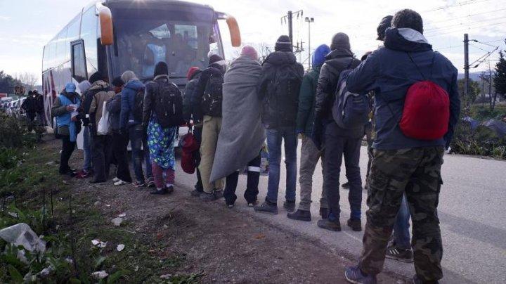 Sute de migranţi încearcă să treacă graniţa ungară dinspre Serbia