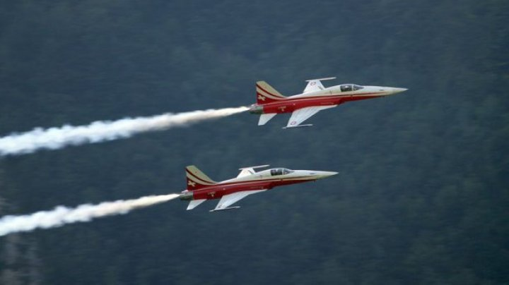 Studiu: Scăderea altitudinii la care zboară avioanele ar putea reduce semnificativ emisiile de noxe