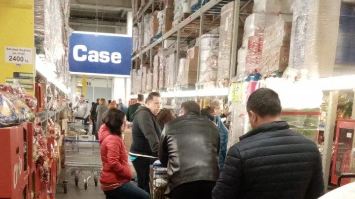 ISTERIE ÎN ROMÂNIA: Rafturile din magazine, golite de teama coronavirusului (FOTO)