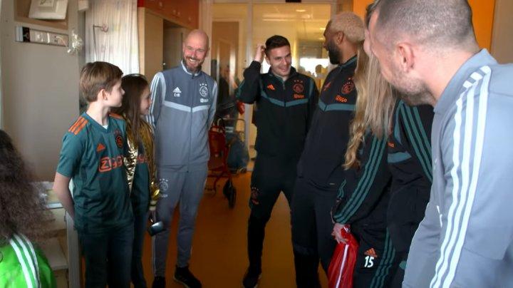 Ajax Amsterdam a organizat o nouă acţiune de caritate. Membrii clubului de fotbal au vizitat un spital de copii