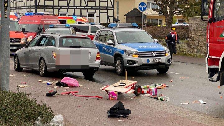 CLIPE DE GROAZĂ. O mașină a intrat în mulțime în timpul unui carnaval din Germania. Sunt RĂNIŢI