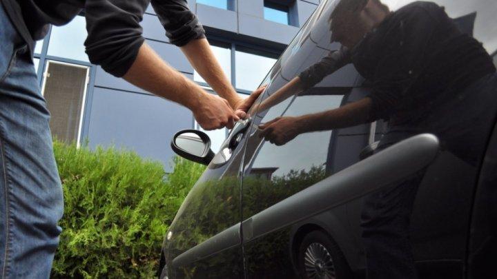 O grupare de români a furat din UE şi a înmatriculat, într-un singur an, 750 de mașini. Ce i-a dat de gol