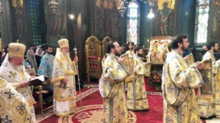 Patriarhia Română recomandă evitarea sărutării icoanelor din biserică, în contextul coronavirusului