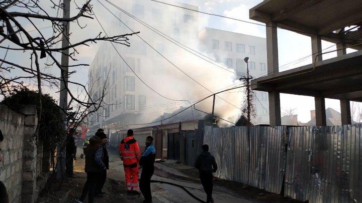 Incendiu în Capitală. Acoperişul unei case din sectorul Rîşcani, mistuit de flăcări (FOTO/VIDEO)