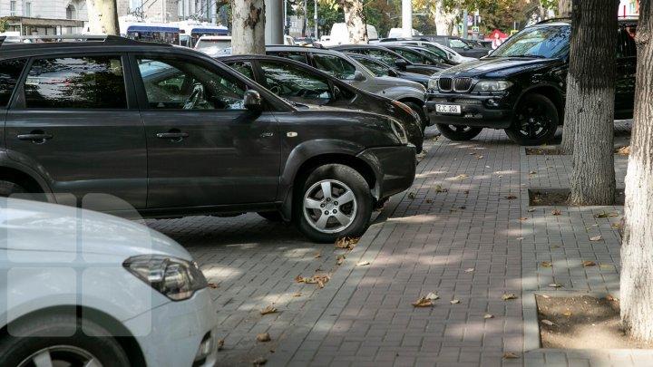 Maşini parcate HAOTIC în Capitală. Poliţia spune că nu are bani pentru evacuarea vehiculelor şi vrea să modifice regulamentul