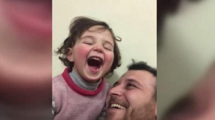 Fetiţa care a învăţat să râdă la auzul bombardamentelor a fugit din Siria în Turcia