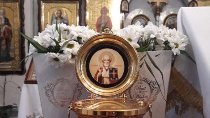 """Moaștele Sfântului Ierarh Nicolae au fost aduse la biserica """"Acoperamântul Maicii Domnului"""" din Chișinău"""