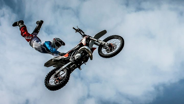 """Adrenalină şi spectacol pe două roţi. Berlinul a găzduit competiţia de motociclism extrem, """"Night of the Jumps"""""""