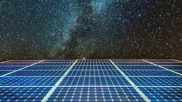 Panourile fotovoltaice ar putea fi îmbunătăţite pentru a genera energie şi pe timp de noapte