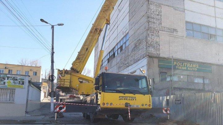 Au început lucrările de demolare a blocului de pe strada Uzinelor, afectat de incendiu (FOTO)