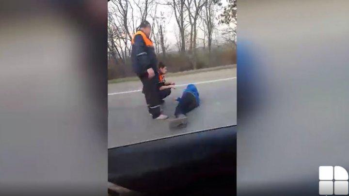 ACCIDENT în sectorul Botanica al Capitalei. Un biciclist, întins pe şosea. Ambulanţa, la faţa locului (VIDEO)