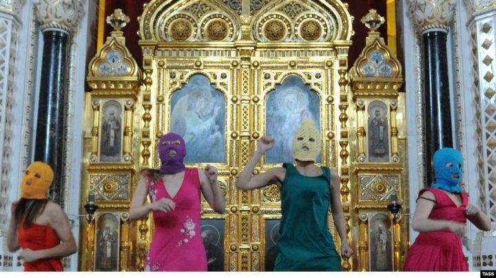 Poliția rusă a oprit cu forța filmarea unui nou video Pussy Riot la Sankt Petersburg