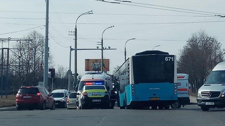 ACCIDENT GRAV în Capitală. Un autobuz de linie, la un pas SĂ RĂSTOARNE o ambualnţă. Poliţia, la faţa locului (VIDEO)