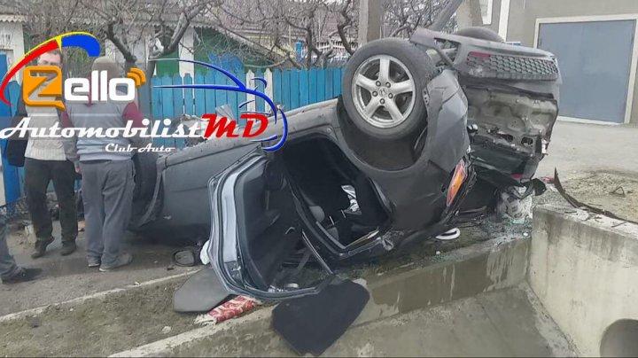 ACCIDENT GRAV la ieşirea din Peresecina. O maşină, RĂSTURNATĂ pe şosea. Şoferul, transportat la spital (VIDEO)