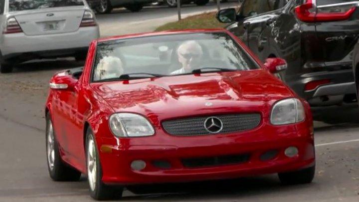 Tinereţe fără bătrâneţe. Un șofer în vârstă de 107 ani şi-a plimbat logodnica cu mașina visurilor sale (VIDEO)