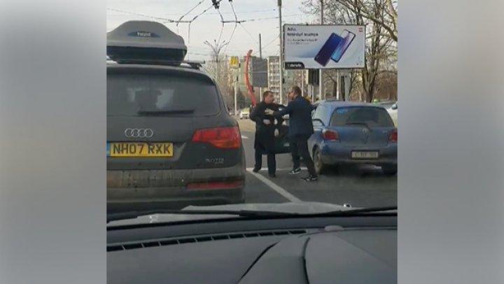 REGLĂRI DE CONTURI în trafic. Doi şoferi s-au luat la harţă pe o stradă din Capitală (VIDEO)