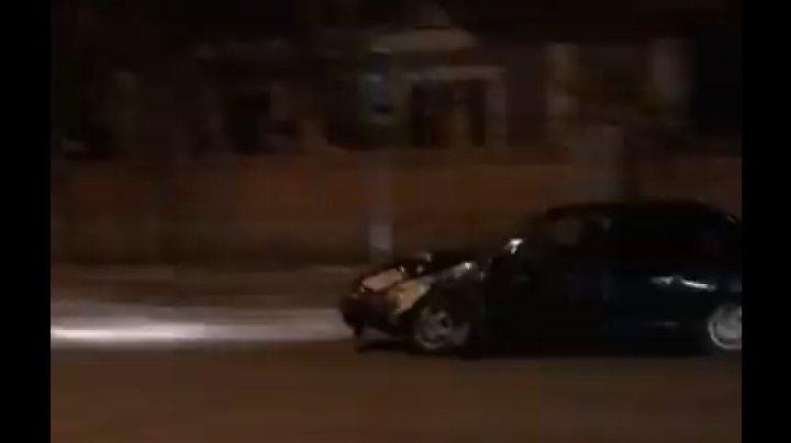 Ce se întâmplă în trafic? Un ȘOFER BEAT circulă haotic cu mașina lovită pe strada Doina din Capitală (VIDEO)
