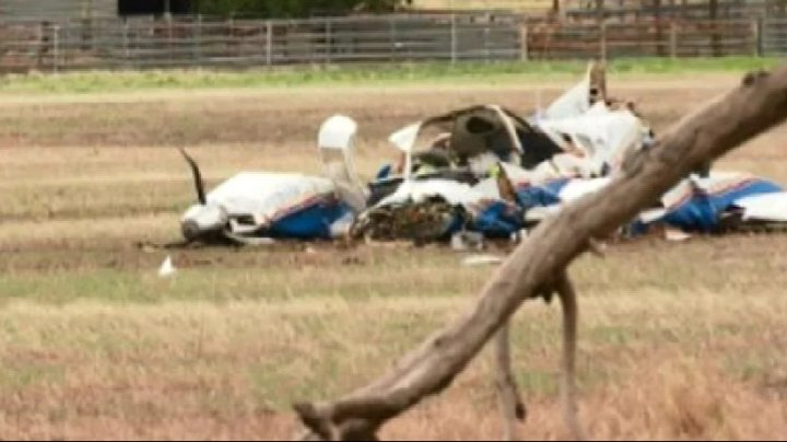 Două avioane s-au ciocnit în aer, după care s-au prăbușit. Nu există supraviețuitori