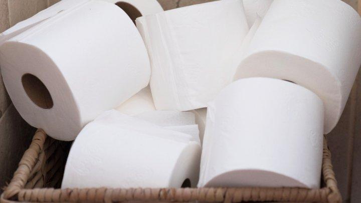 """""""Coronapanica"""". Un bărbat a cumpărat 5.400 de role de hârtie igienică de teama pandemiei și acum este disperat să scape de ele"""