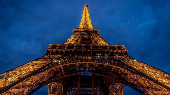 Un tronson din scara originală a Turnului Eiffel, vândut la licitaţie cu 274.000 de euro