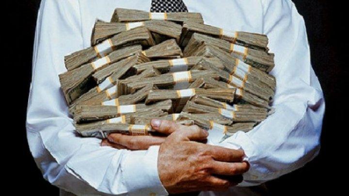 Un bancher cu un salariu de peste 1 milion € pe an, concediat. Ce fura de la colegii săi