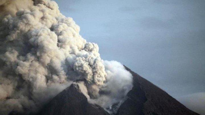 IMAGINI SPECTACULOASE! În Indonezia a început să erupă cel mai activ vulcan (VIDEO)