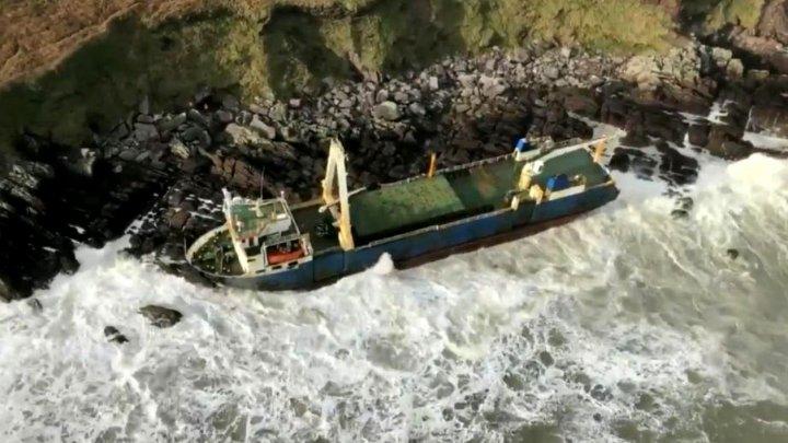 Irlanda: Un vapor-fantomă, apărut printre stânci, după furtuna Dennis