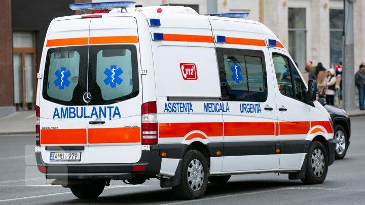 Tragedie la Bălți. O fetiță se zbate între viață și moarte, după ce a fost lovită de o ambulanţă pe o trecere de pietoni