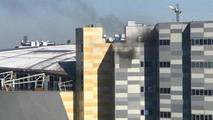Incendiu de proporții într-un centru comercial din Kiev. Mai multe echipaje ale pompierilor, la fața locului