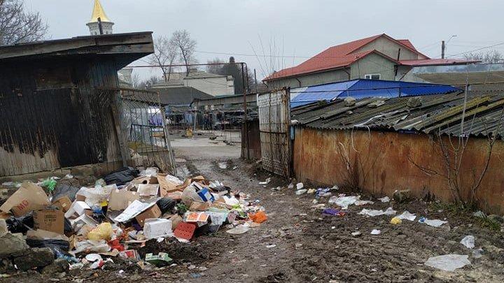 Mizerie totală în oraşul Ocniţa. Un veceu public se scufundă în gunoi (FOTO)