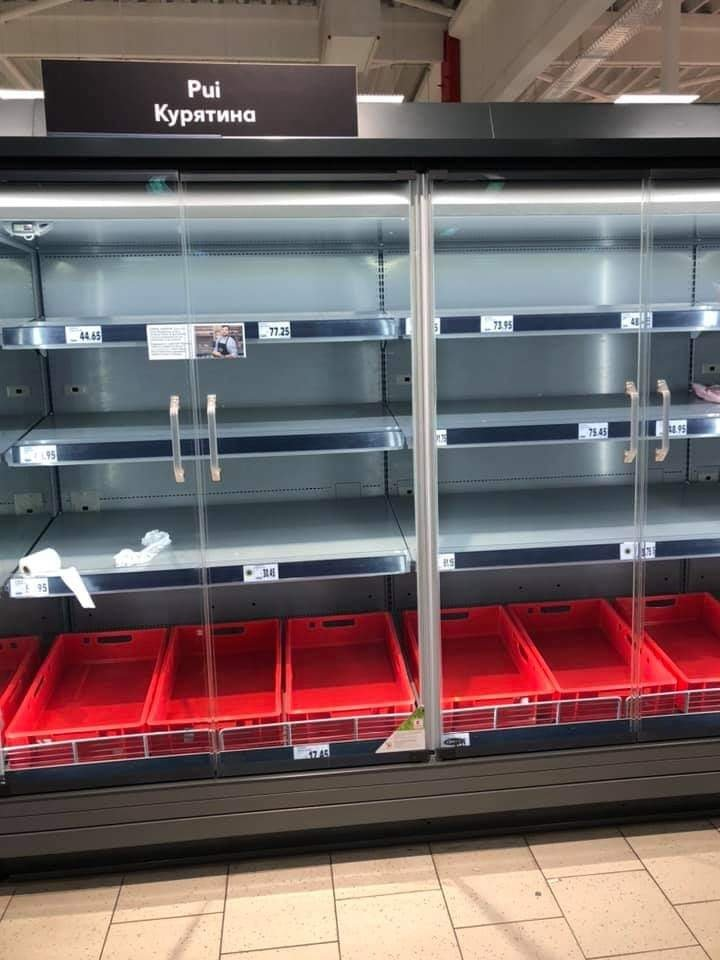 Panică şi haos în Capitală. Rafturile din magazine, goale (FOTO)