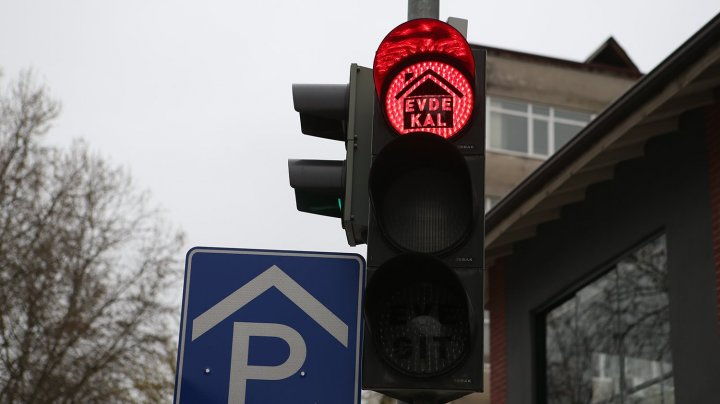 """Coronavirus: Mesaje virale pe semafoare în Turcia: """"rămâneţi acasă"""" pe lumina roşie şi """"mergeţi acasă"""" pe cea verde (FOTO)"""