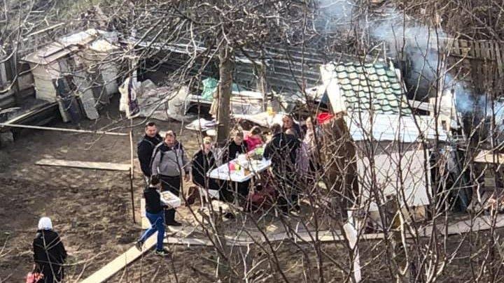 CHEF și VESELIE în plină pandemie. Un grup de persoane, surprinse în timp ce sărbătoresc în curtea casei (VIDEO)
