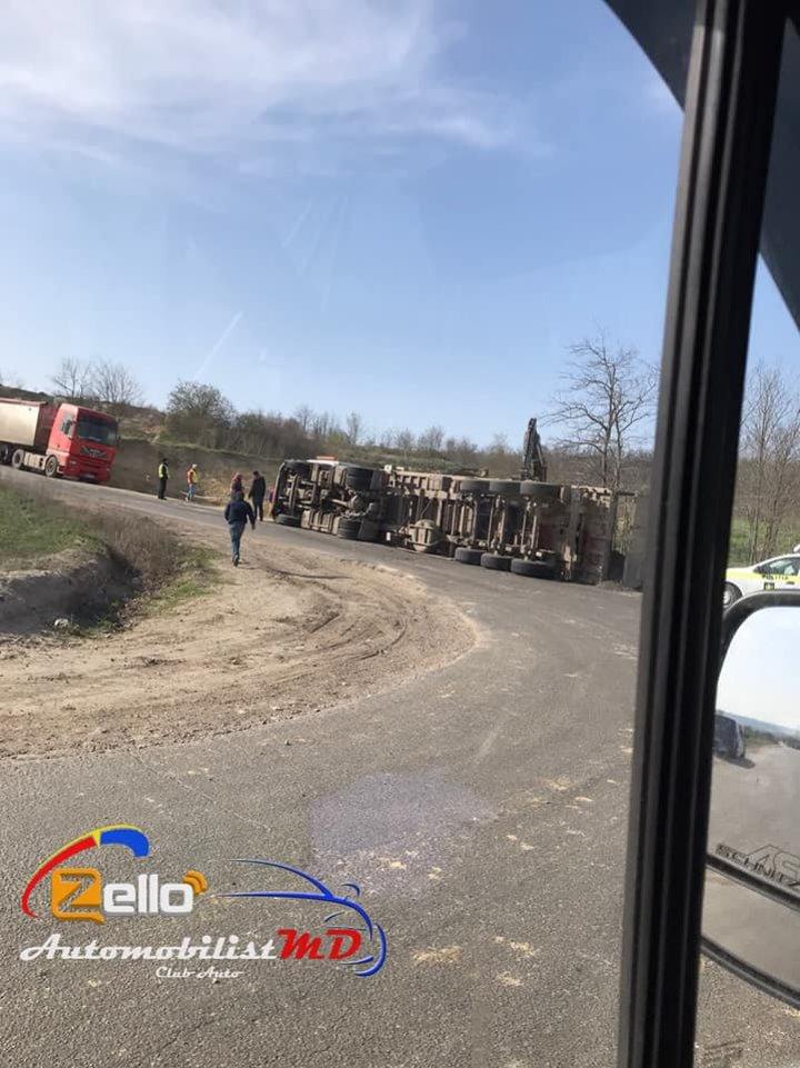 Accident rutier în raionul Taraclia. O mașină de mare tonaj s-a răsturnat (FOTO)