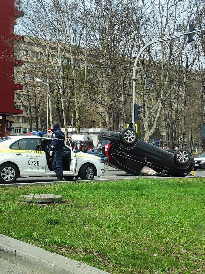 ACCIDENT GRAV în Capitală. O mașină s-a RĂSTURNATĂ pe carosabil. Poliția, la fața locului (VIDEO/FOTO)