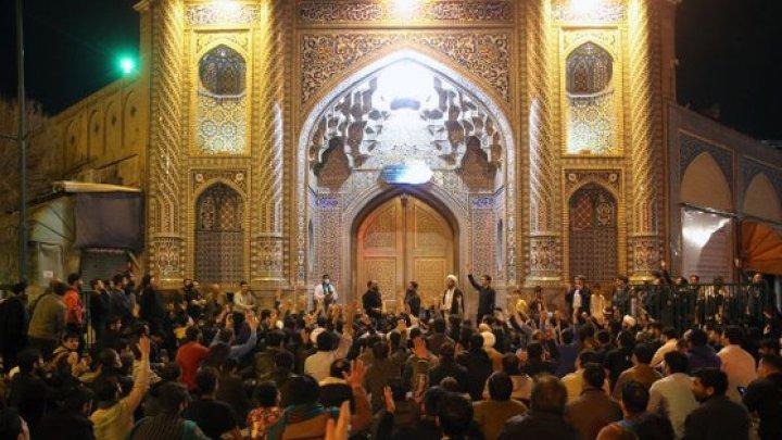 Iranienii se îngrămădesc în moschei în plină pandemie. Milioane de oameni ar putea muri