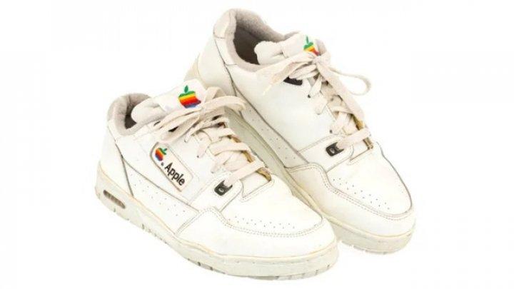 Apple face şi cei mai scumpi adidaşi! Perechea din imagine a fost vândută cu 10.000 de dolari