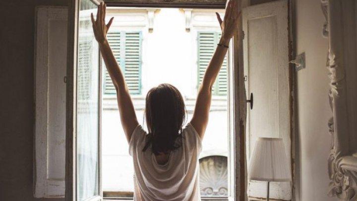 Studiu: Deschiderea ferestrei nu este de ajuns pentru a elimina noxele din camere