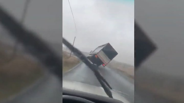 MOMENTUL în care un camion a fost ridicat de pe şosea de vântul puternic (VIDEO)