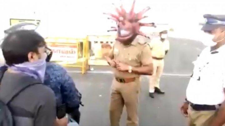VIRAL PE INTERNET! Un poliţist a îmbrăcat o mască care imite coronavirusul, ca să-i convingă pe oameni să stea în case
