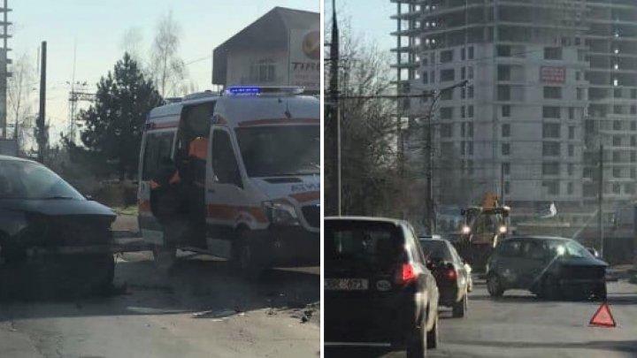 ACCIDENT GRAV în apropierea Institutului Mamei şi Copilului. Un pieton, lovit violent, după un impact între două maşini (FOTO)