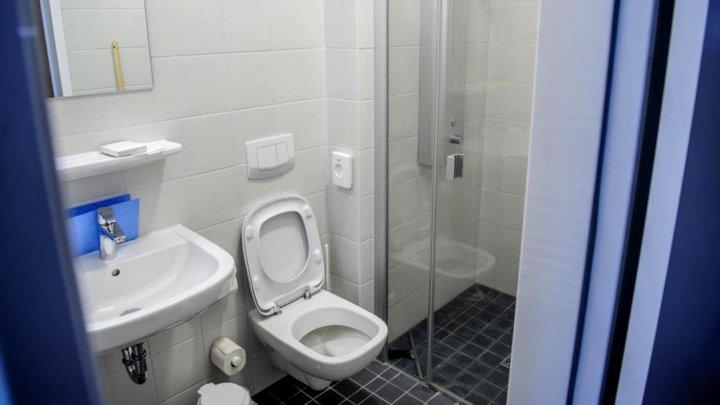 Situație halucinantă în Lituania. Un bărbat şi-a închis soția în baie, de frică să nu aibă coronavirus