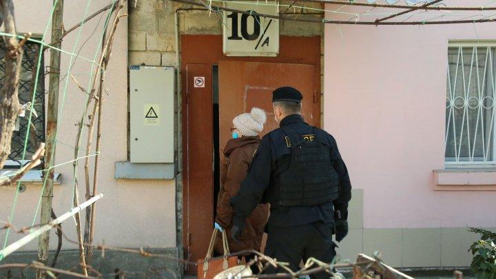 Băieții de la Fulger însoțesc poștașii, care împart pensiile vârstnicilor (FOTO)