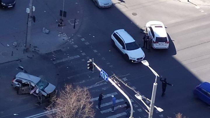 Accident violent în centrul Capitalei. În urma impactului, pasagerul unui automobil a fost aruncat peste geam (FOTO/VIDEO)