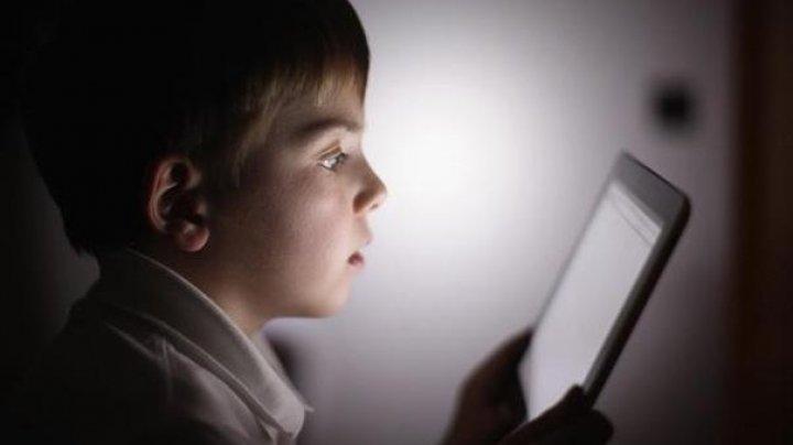 Numărul copiilor hărţuiţi pe Internet, în creştere în Moldova. Părinții, îndemnați să fie precauți