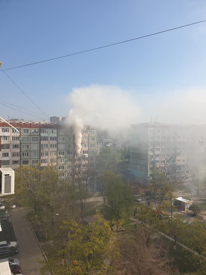Un apartament din sectorul Rîșcani, cuprins de FLĂCĂRI. O femeie a fost transportată la spital (VIDEO/FOTO)